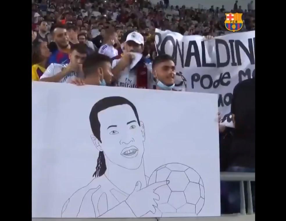 Torcedores israelenses levam cartazes para Ronaldinho no amistoso entre lendas de Barcelona e Real Madrid — Foto: Reprodução/BarçaTV