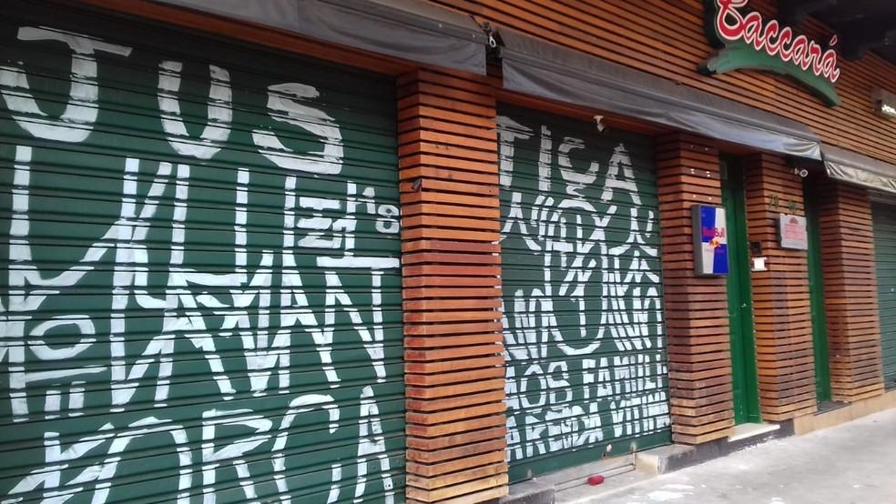 Porta do Baccará Backstage amanheceu pichada após morte de Lucas (Foto: G1 Santos)