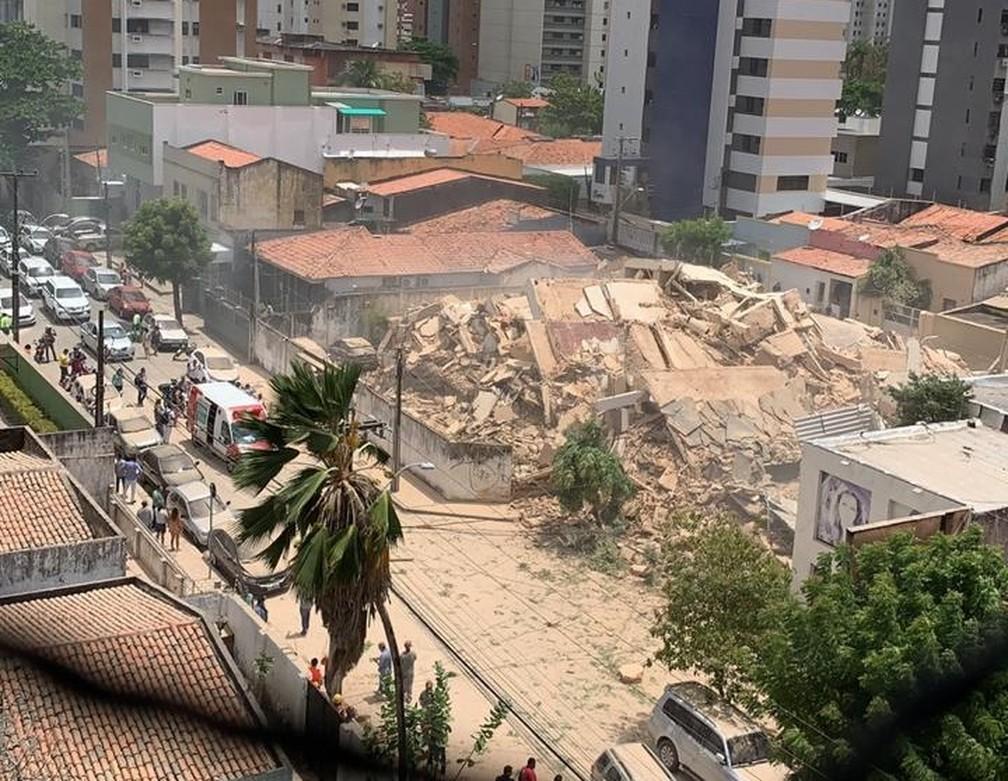 Poeira cobriu a área ao redor do prédio desabado no bairro Dionísio Torres, em Fortaleza — Foto: Arquivo pessoal