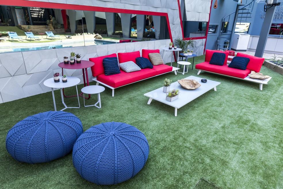 Área externa da casa tem itens coloridos, que alegram o ambiente — Foto: Victor Pollak/TV Globo