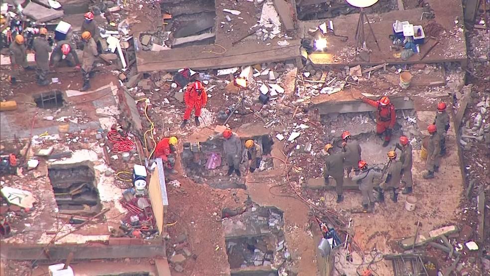 Bombeiros trabalham na comunidade da Muzema, na Zona Oeste do Rio, pelo quarto dia — Foto: Reprodução/ TV Globo