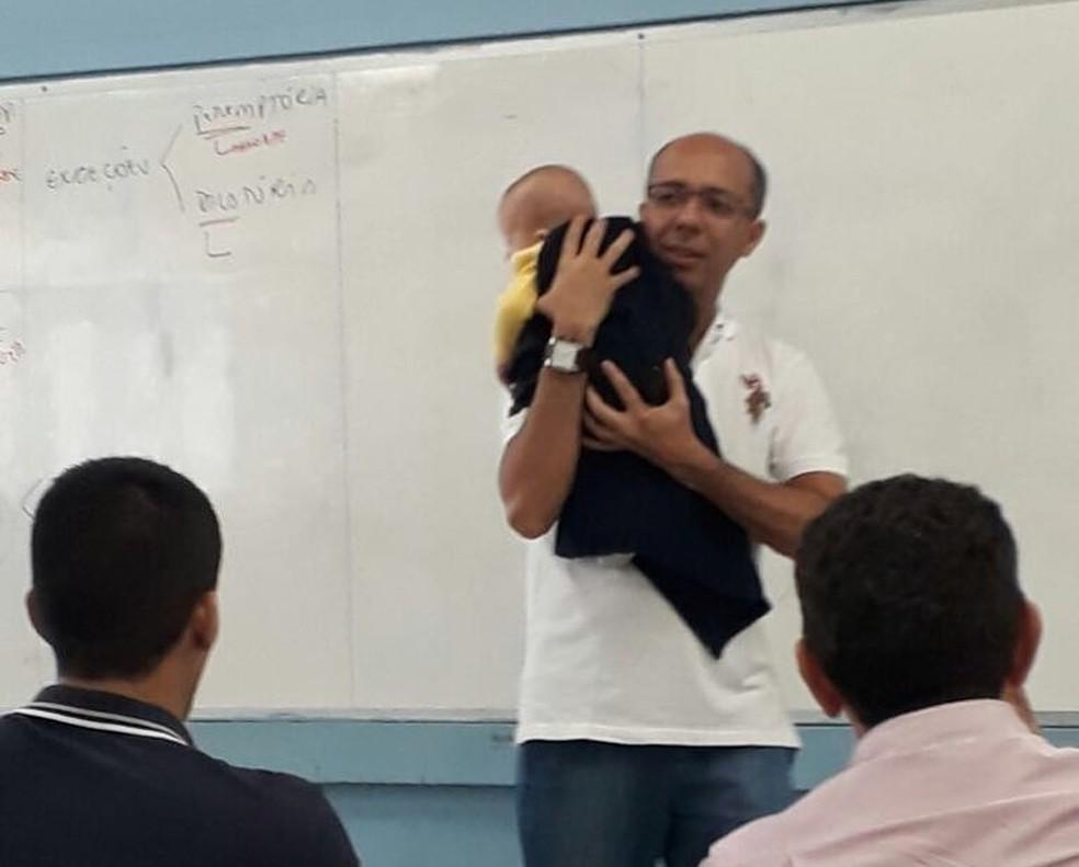 Professor disse que bebê ficou quietinho  (Foto: Eliana Figueredo/Arquivo pessoal)