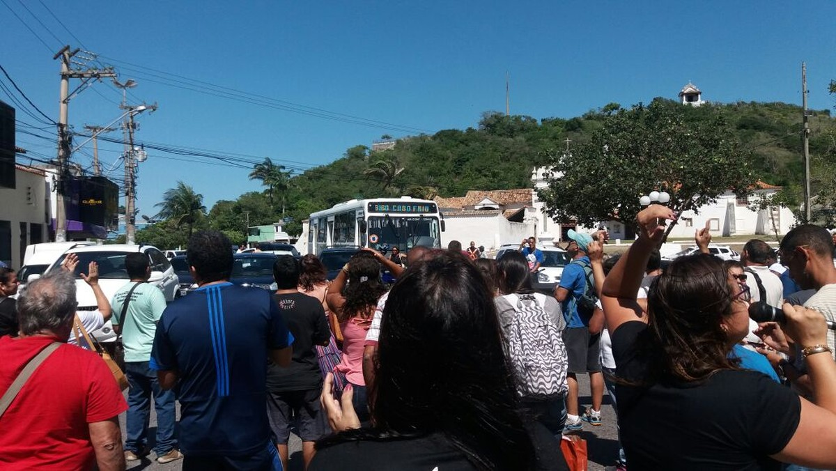 Trânsito é fechado por manifestação da Educação no Centro de Cabo Frio, no RJ