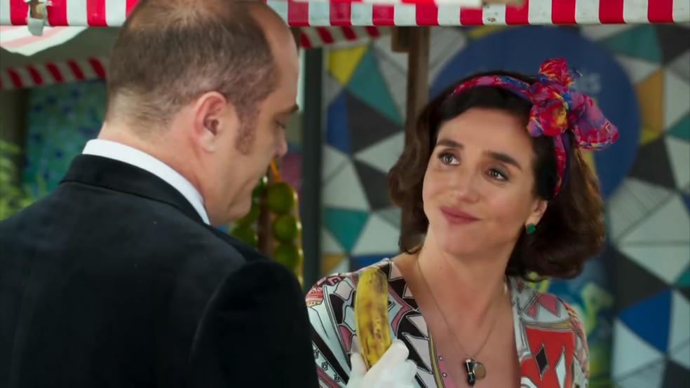 Francesca (Marisa Orth) fica impaciente com as manias de Rodrigo (Paulo Tiefenthaler) - 'Haja Coração' — Foto: Globo