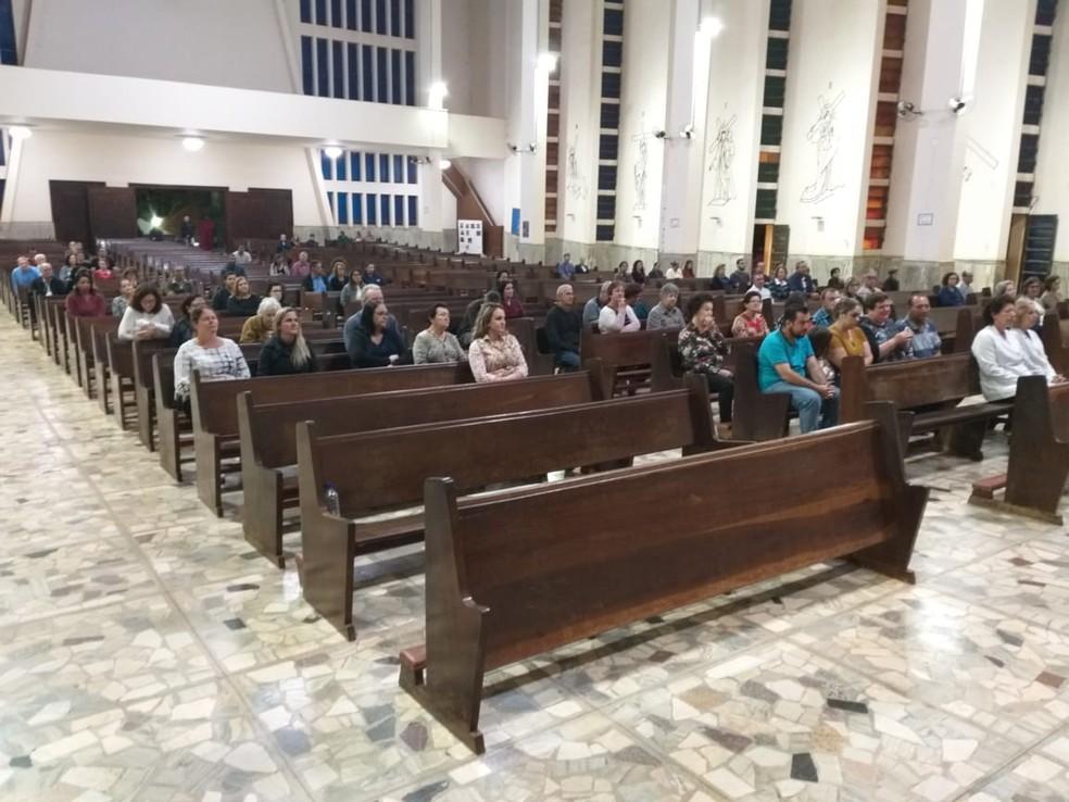 Parentes e amigos da jovem desaparecida participaram de uma missa — Foto: Wagner Carvalho / Arquivo pessoal