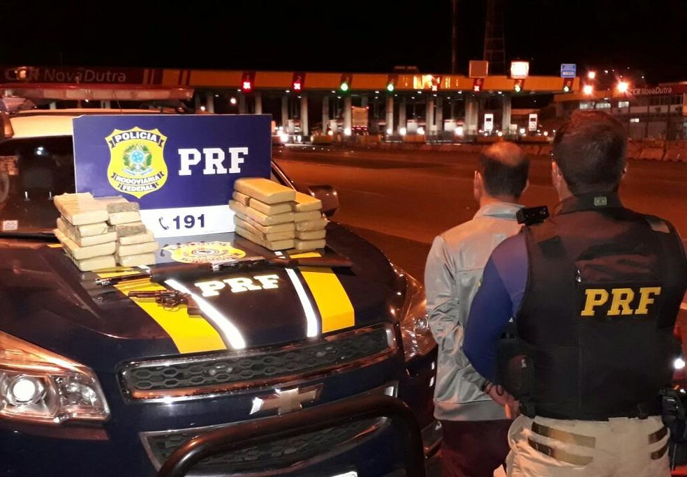 Material apreendido com suspeito na Via Dutra, em Itatiaia (Foto: Divulgação/PRF)