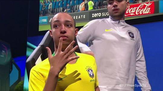 Após vitória sobre alemão MoAuba, Tore aponta para o escudo da Selecão e mostra os cinco dedos em alusão ao pentacampeonato mundial do Brasil