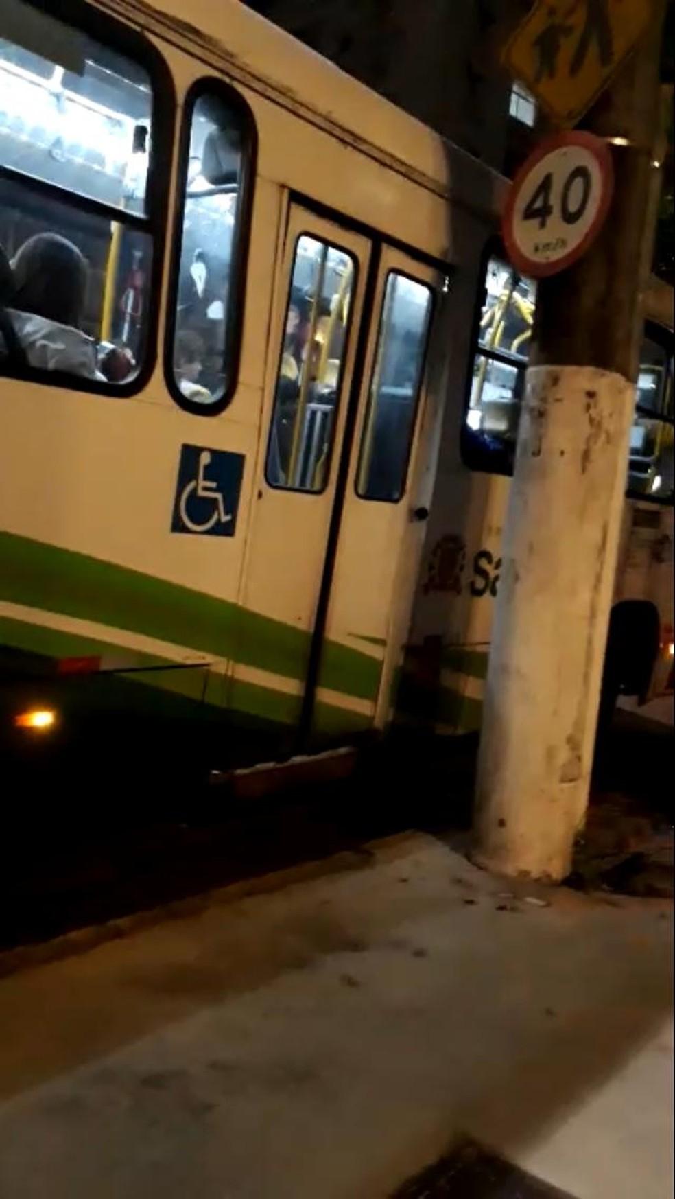 Paulo não pôde pegar ônibus por elevador ainda estar quebrado dias depois de se arrastar para subir em transporte em Santos, SP — Foto: Arquivo pessoal/Paulo Hilário