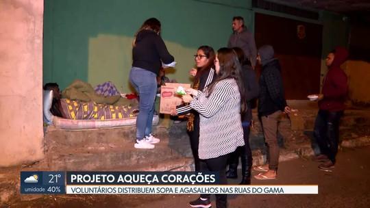 Voluntários distribuem sopa e agasalhos no Gama