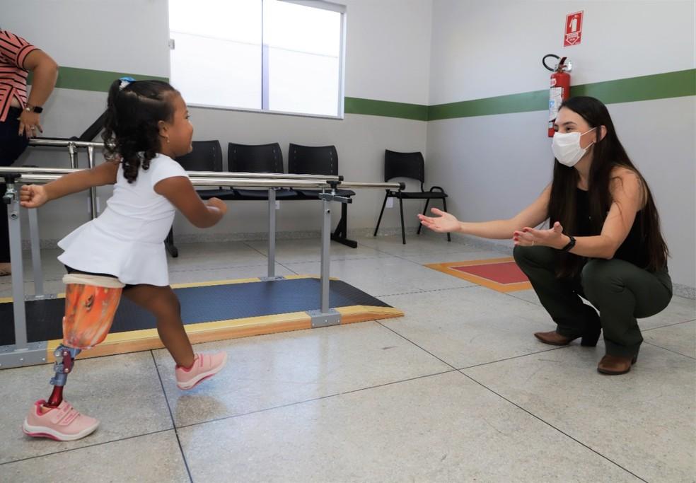 Ana Júlia caminha após receber prótese — Foto: Marcos Sandes/Prefeitura de Araguaína