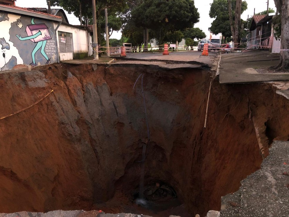 Cinco casas são interditadas após cratera reabrir na zona sul de São José — Foto: André Luis Rosa/ TV Vanguarda