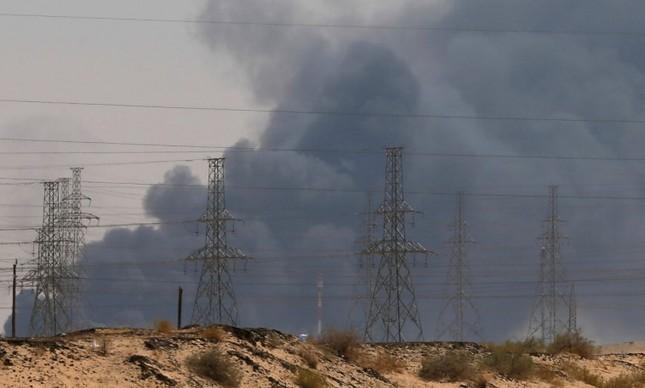 Fumaça é vista após ataque feito por drones em centros de petróleo sauditas