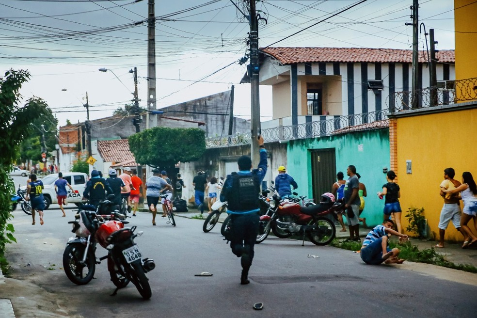 Trio suspeito de matar jovem de 20 anos é baleado pela polícia durante tiroteio na Itaoca. — Foto: Kid Júnior/ SVM
