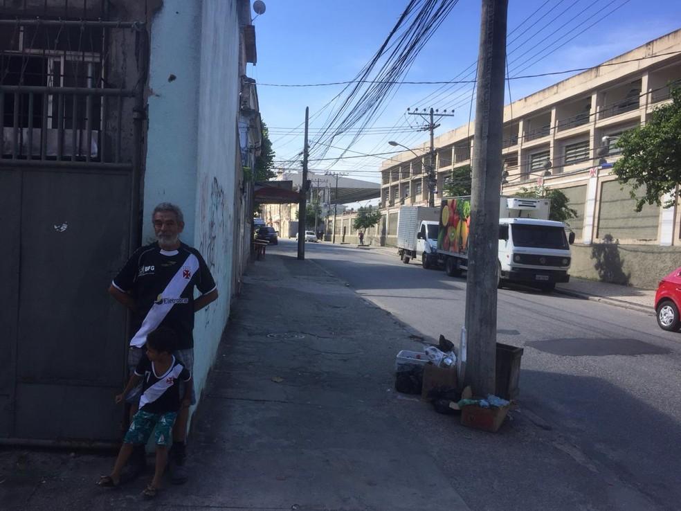 """Julio Martins e o netinho Arthur são vizinhos do Vasco e """"moram"""" com a lembrança da morte de Dener — Foto: Raphael Zarko"""