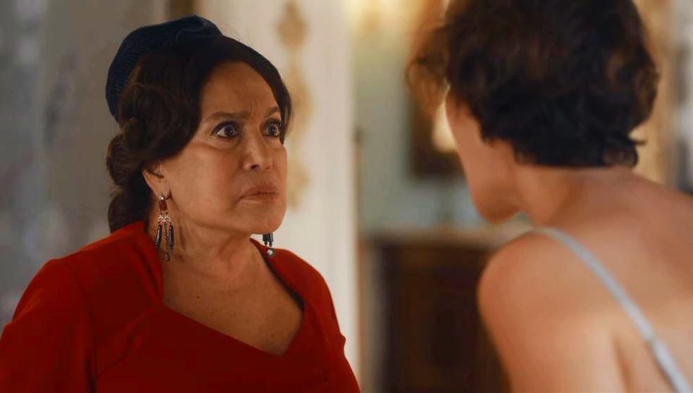 Emília (Susana Vieira) dá um tapa na cara de Adelaide (Joana de Verona) em 'Éramos Seis' — Foto: Globo