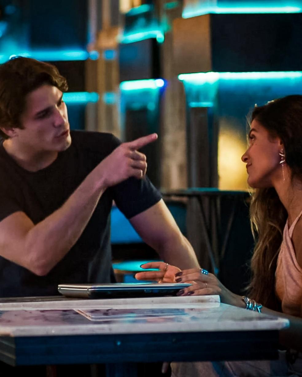 Rui (Romulo Arantes Neto) vai pagar Leila (Jade Cardozo) pela informação que ela tirou do computador de Lara (Rosanne Mulholland), em 'Malhação - Toda Forma de Amar' — Foto: Globo