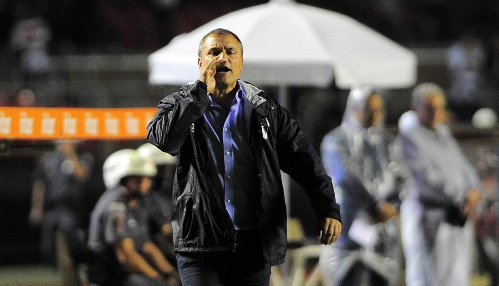Diego Aguirre durante a partida contra o Vitória (Foto: Marcos Ribolli)