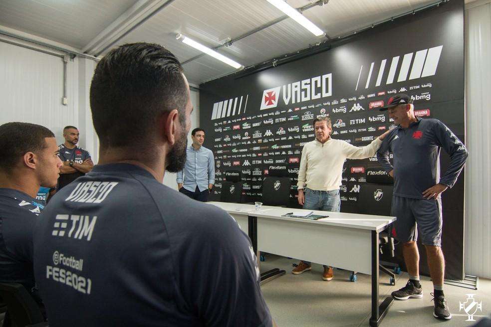 Jorge Salgado apresenta Lisca ao grupo de jogadores do Vasco; Figueiredo e Castan observam — Foto: Vitor Brügger/Vasco