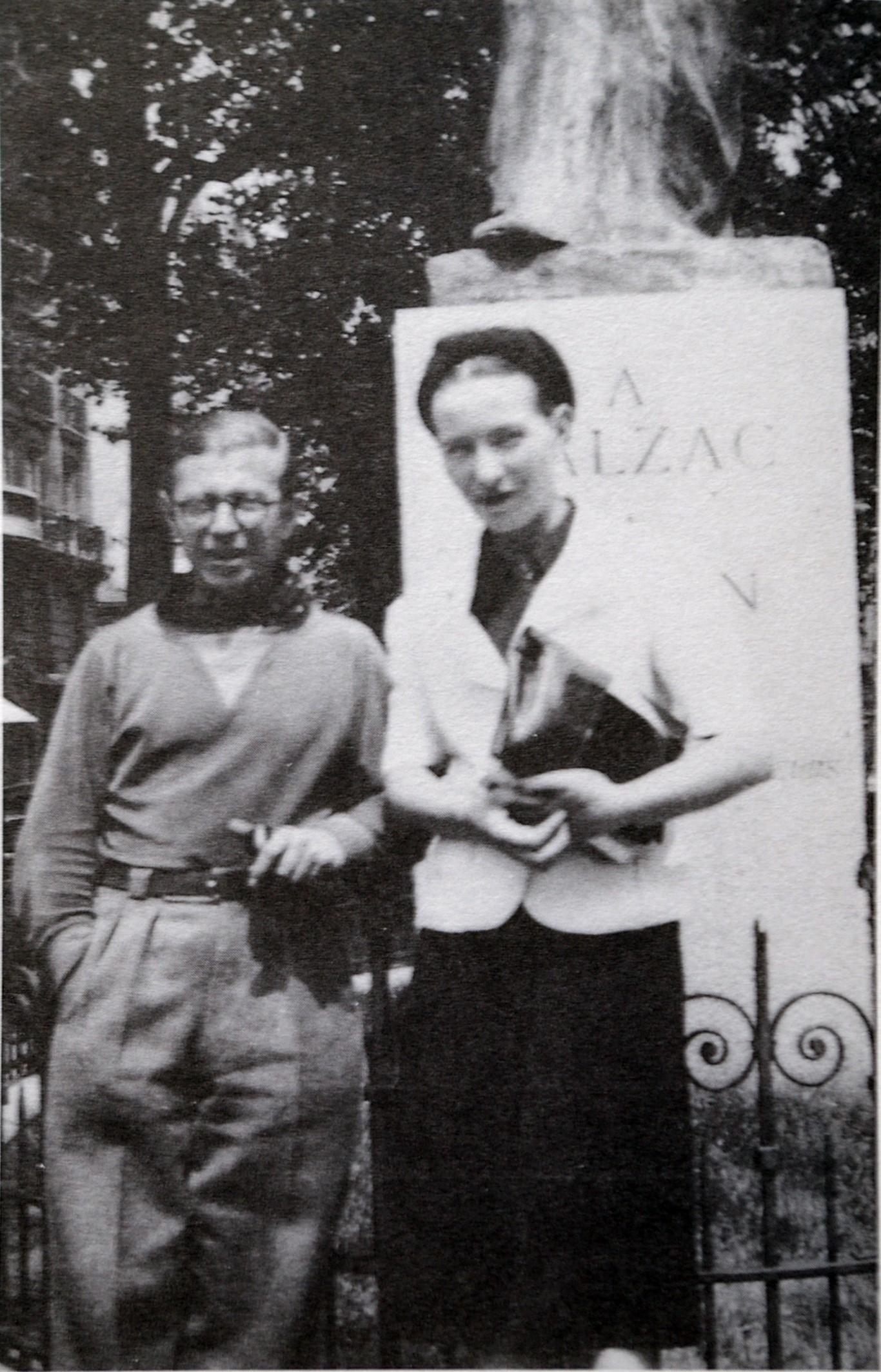 Sartre e Simone no memorial Balzac (Foto: Wikimedia/Archives Gallimard at Paris)