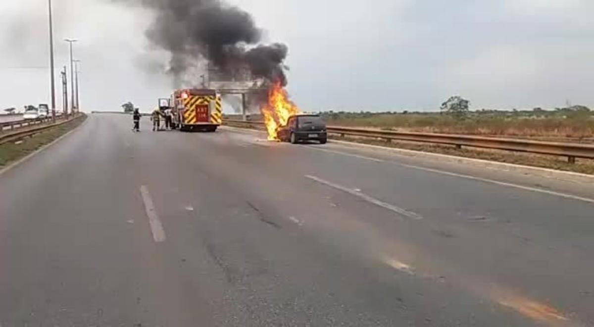 Carro pega fogo e causa engarrafamento na Estrutural, no DF; vídeo