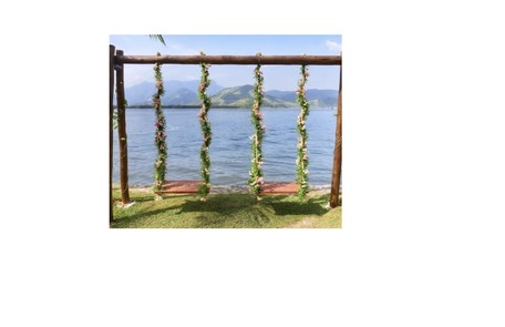 Balanços decorados com flores Reprodução