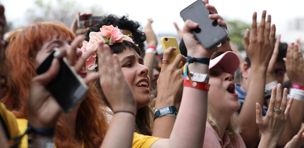 Fãs se emocionam com show da banda Death Cab for Cutie no Popload Festival — Foto: Marcelo Brandt/G1