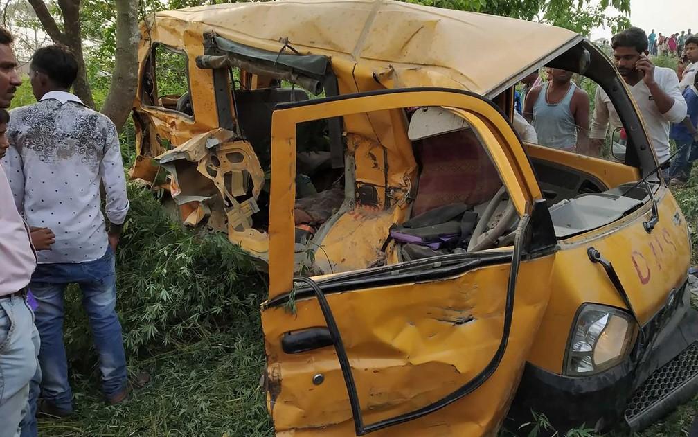 Destroços de ônibus escolar após colisão com um trem no distrito de Kushinagar (Foto: AFP Photo)