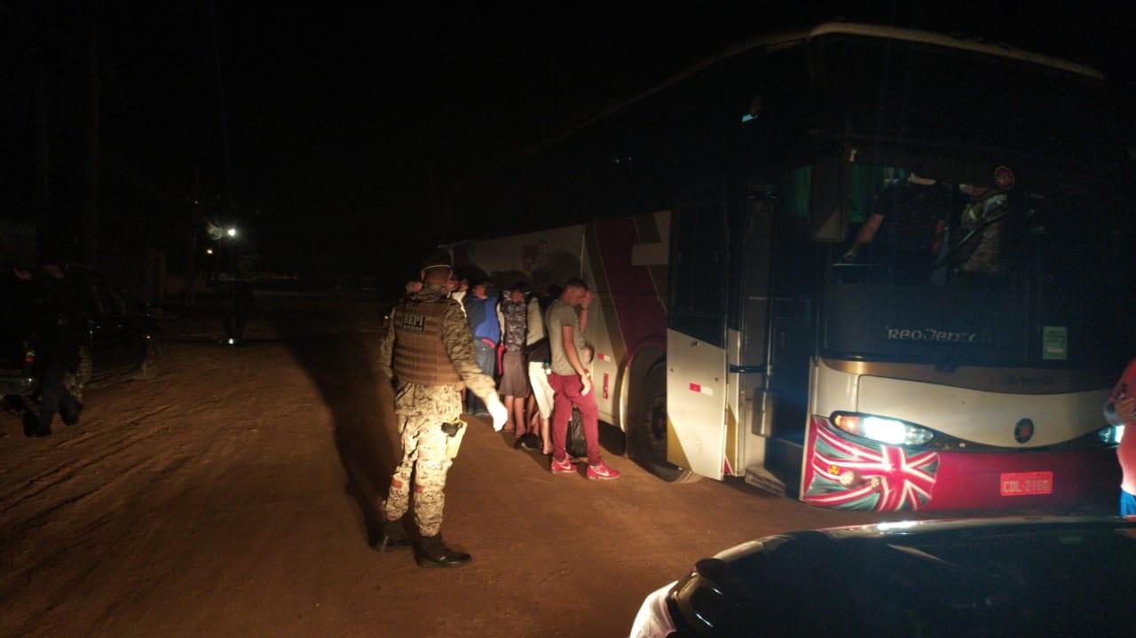 Ônibus de transporte clandestino é interceptado com 37 passageiros ao entrar no Ceará