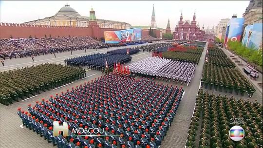 Milhares de pessoas assistem à parada militar, em Moscou