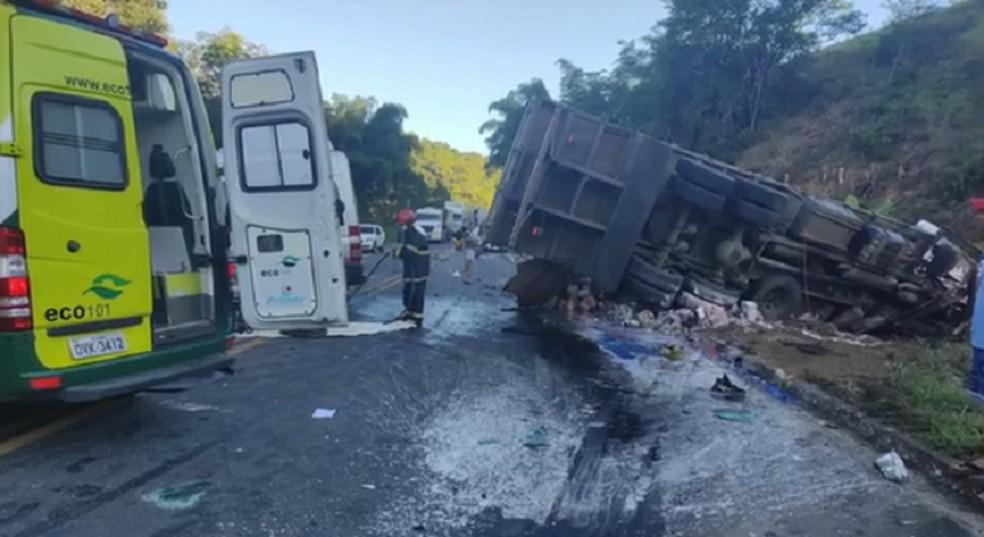 Acidente com caminhão, van e carro deixou feridos na BR-101 — Foto: Reprodução/TV Gazeta