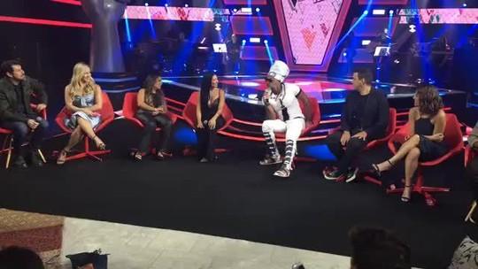 Carlinhos Brown lança feat. com Anitta e comenta possível clipe: 'Seria maravilhoso!'