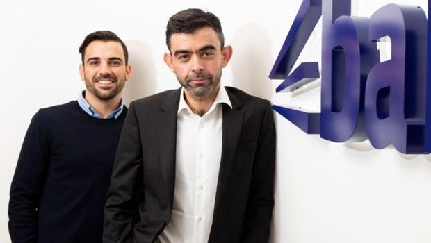 Andrew dirige seu mais novo negócio, Bark, com o co-fundador Kai Feller (Foto: ANDREW FOSKER/PINPEP via BBC)