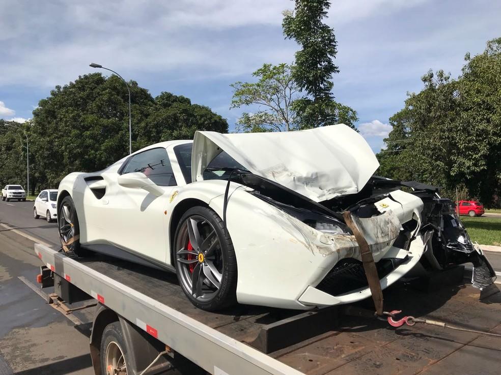 Ferrari batida em acidente no Lago Sul (Foto: Marcelo Cardoso/G1)