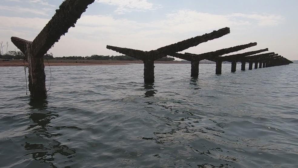 Colunas de concreto usadas para apoiar o telhado da estação ferroviária de Rubineia reapareceram — Foto: Reprodução/Tv Tem