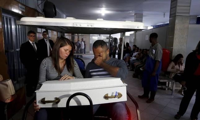 Claudineia e o marido durante enterro do bebê baleado na barriga dela, em 2017