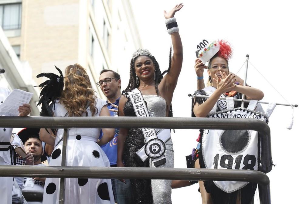 Cris Vianna e Leandra Leal desfilam no Cordão da Bola Preta (Foto: AG News)