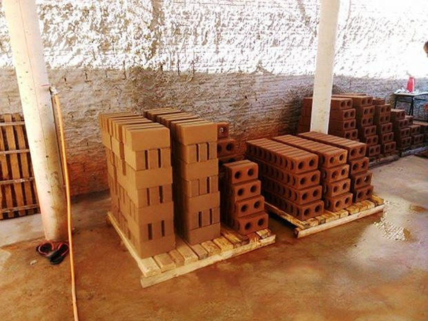 Quinze reeducandos trabalham na fábrica de tijolos (Foto: Assessoria/Sejudh-MT)