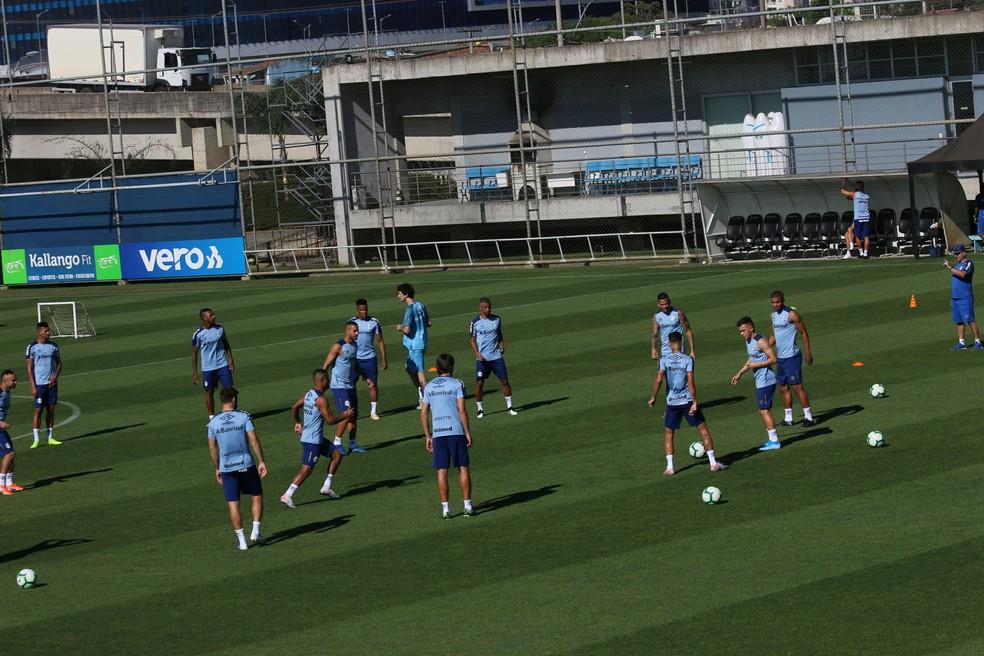 Jogadores treinaram sem formação de equipe — Foto: Tomás Hammes/GloboEsporte.com