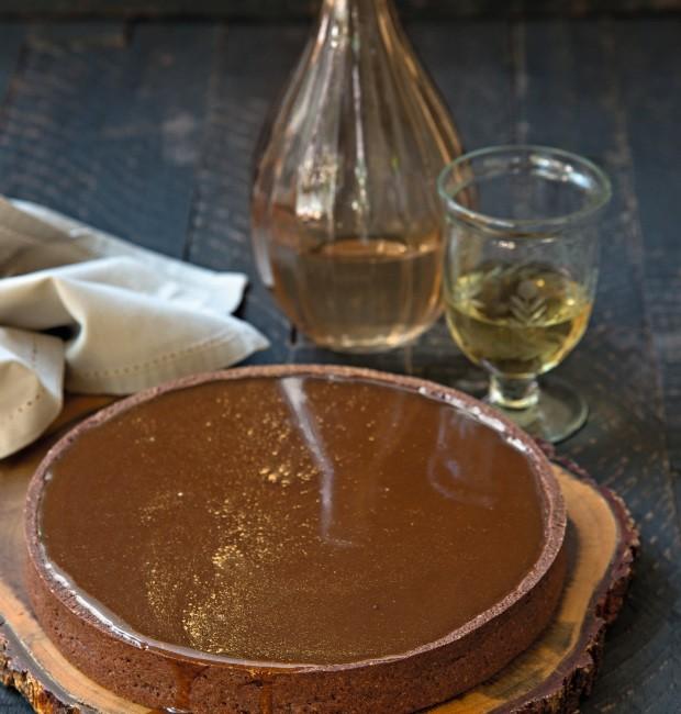 Torta de caramelo e chocolate | Copo e garrafa da Ideia única, guardanapo da D. Filipa (Foto: Cacá Bratke / Editora Globo)