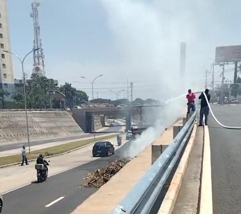 Carga de caminhão pega fogo e bombeiros de shopping controlam chamas em Campinas