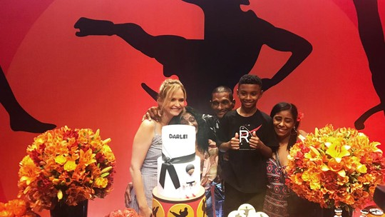 Fernanda Rodrigues faz festa de aniversário para filho de Capoeira, que ajudou idosa em temporal