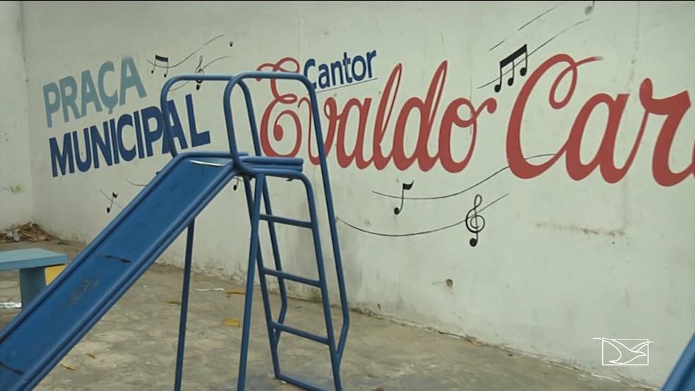 Crianças baleadas brincavam na praça municipal cantor Evaldo Cardoso quando foram atingida por balas perdidas.  — Foto: Reprodução/TV Mirante