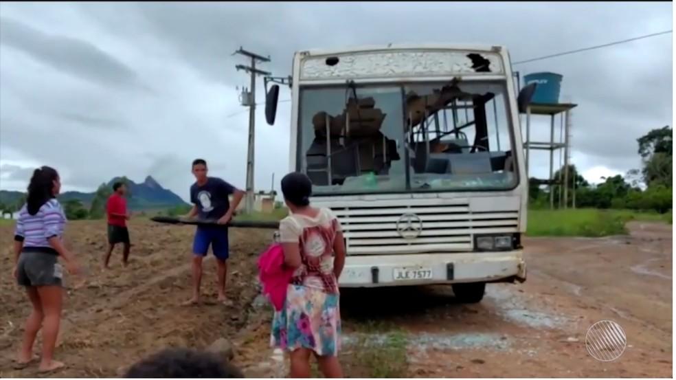 Revoltados com estrutura de ônibus escolar, pais e alunos destroem veículo com pedras e paus durante protesto na BA (Foto: Reprodução/TV Santa Cruz)