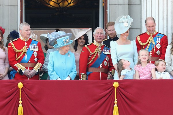 LONDON, ENGLAND - JUNE 09:  Princess Anne, Princess Royal, Princess Beatrice, Lady Louise Windsor, Prince Andrew, Duke of York, Queen Elizabeth II, Meghan, Duchess of Sussex, Prince Charles, Prince of Wales, Prince Harry, Duke of Sussex, Catherine, Duches (Foto: Getty Images)