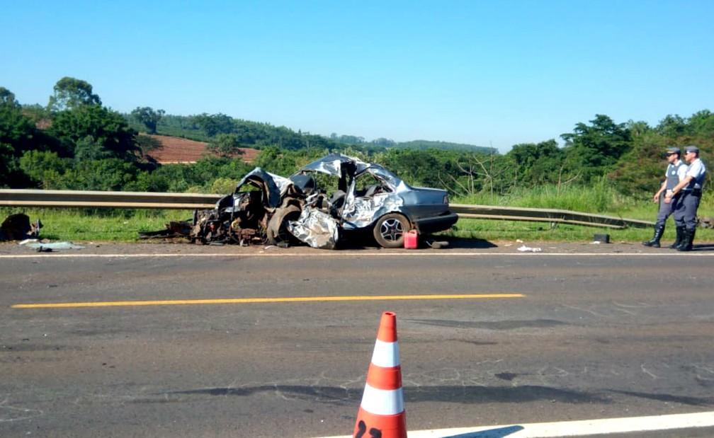 Carro com três pessoas ficou totalmente destruído após choque frontal contra caminhão em Itápolis; duas morreram — Foto: Valtemir Tambarussi/Divulgação