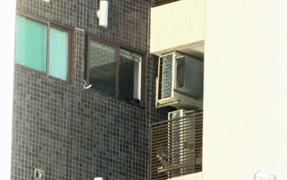 Menino morreu após escalar grade de área de ar-condicionados de edifício no Recife — Foto: Reprodução/TV Globo
