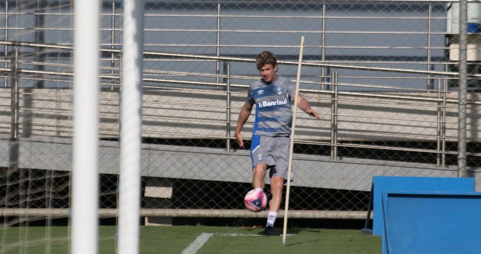 Gabriel em raro momento com bola no CT Luiz Carvalho — Foto: Eduardo Moura