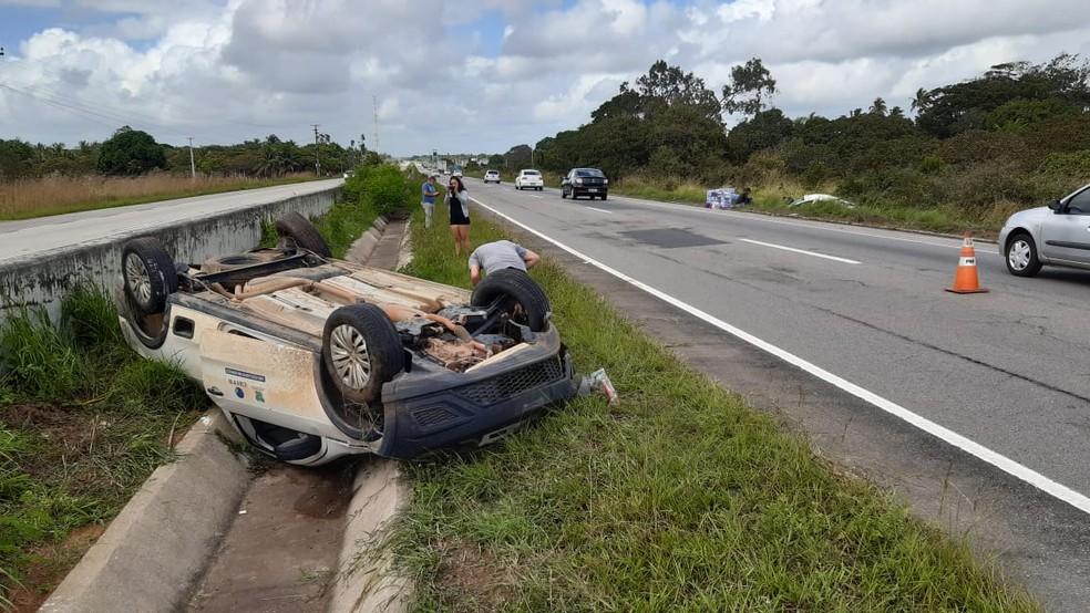 Carros capotaram em acidente na BR-101, na manhã desta sexta-feira (26) — Foto: Sérgio Henrique Santos/Inter TV Cabugi