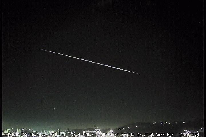 Meteoro de longa duração é observado sobre Santa Maria