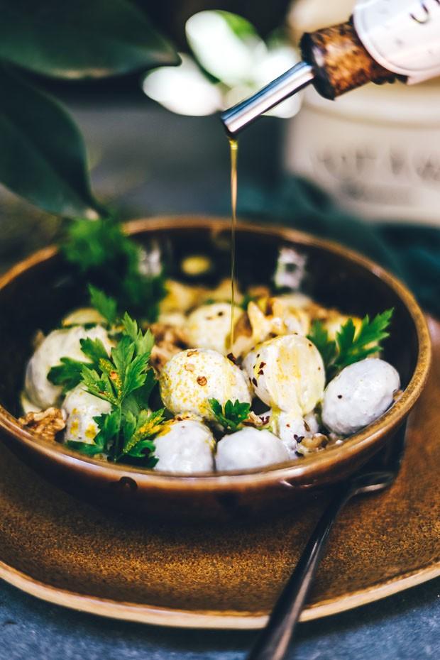 Maionese vegana: receita leva batatas, mostarda e ervas (Foto: Simplesmente)